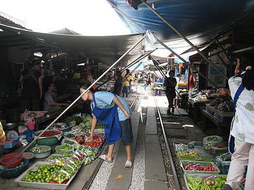 (泰國媚公)  火車鐵道菜市場~~~很有趣喔!