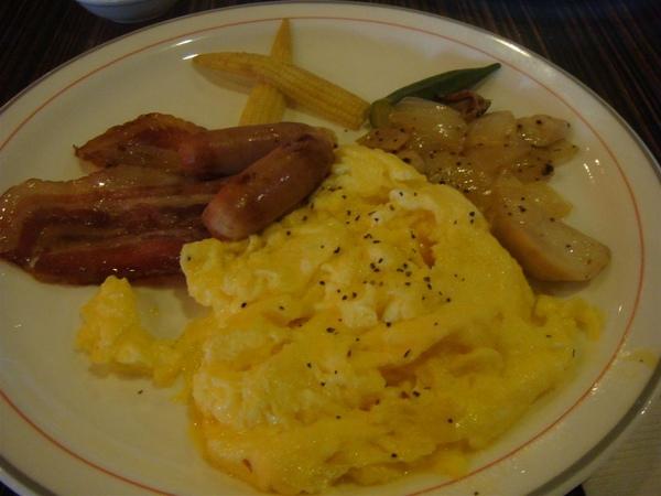 炒蛋附培根、香腸